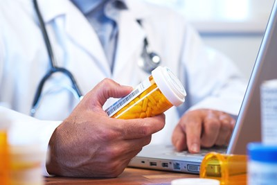 pharmacist dispensing a medication to a patient with medicare part d