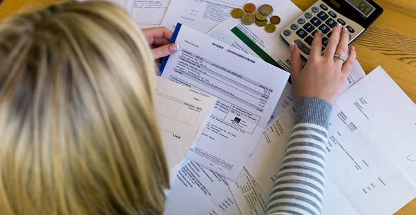 Woman tries to track her personal finances without personal finance software
